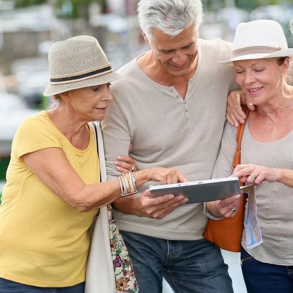 seniors en vacances en groupe